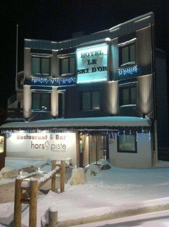 Hotel Le Ski d'Or: Façade de l'hôtel de nuit (2013.11)