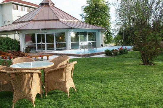 Klaekken Hotell: Nice pool area in the hotel gardens