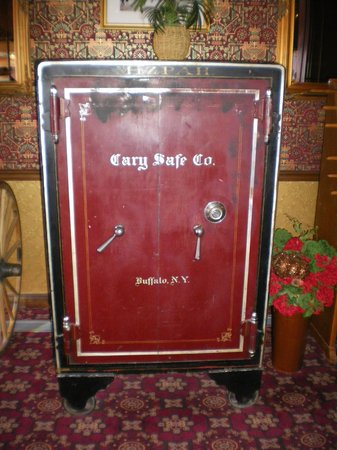 Mizpah Hotel: antique safe in the lobby