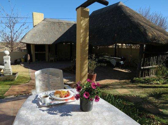 Peace Haven Guest House: Breakfast in the garden