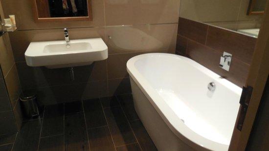 Peak Edge Hotel: Bathroom - bath and shower