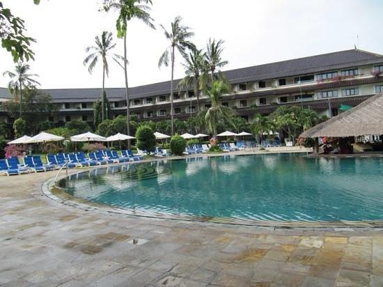 Discovery Kartika Plaza Hotel: poolside
