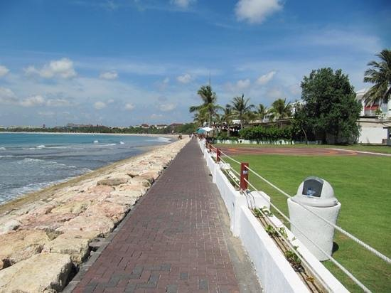Discovery Kartika Plaza Hotel: short walk to the beach area further front