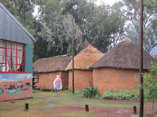 Malealea Lodge: Murals & rondavels