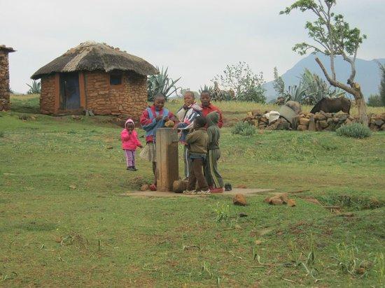 Malealea Lodge : Children & village home
