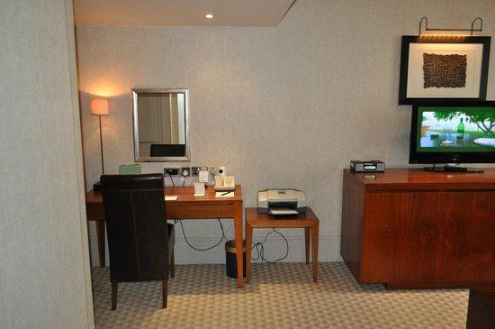Taj 51 Buckingham Gate Suites and Residences: Work desk.. with printer