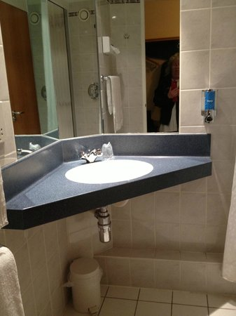 Holiday Inn Express Warwick - Stratford Upon Avon: Bathroom sink