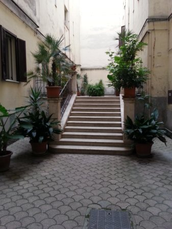 Loggetta di Trastevere: Court Yard
