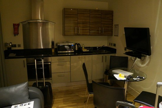 Staycity Aparthotels West End: cocina - estar