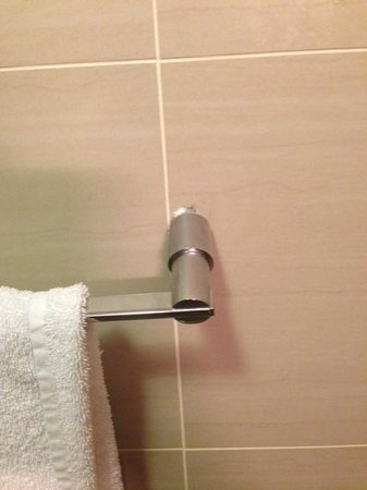 Old Mill Hotel: Poorly Fitted Towel Rail