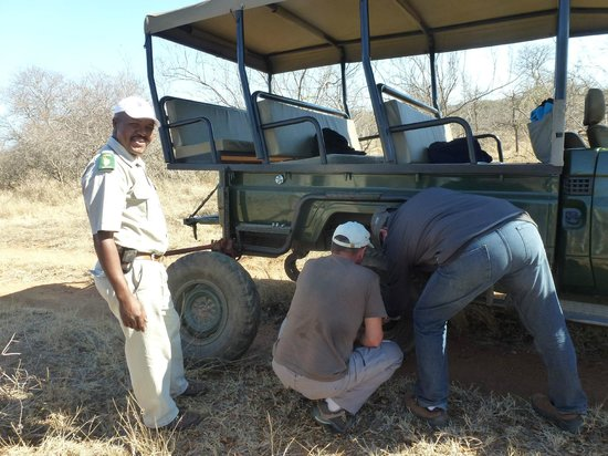 Nyala Safari Lodge: an unexpected puncture ! Transformed in a moment of laughter!