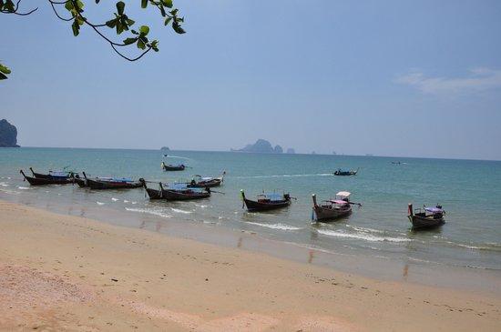 Aonang Villa Resort: Long boats on the beach near hotel