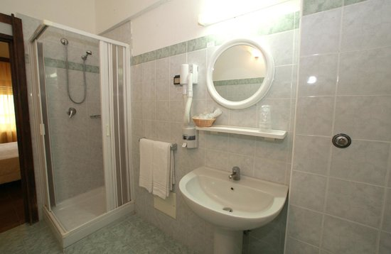Particolare bagno picture of hotel soggiorno salesiano for Hotel soggiorno salesiano