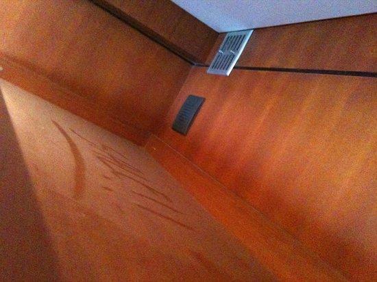 Le VIP Paris Yacht Hotel : une étagère au-dessus du lit et sa crasse
