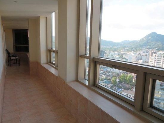 Fraser Suites Insadong: Patio of Northern Seoul