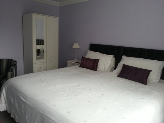 Acer Lodge Bed & Breakfast: Downstairs Superking or Twin with en suite Shower. Suitable for the less abled