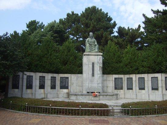 Dongbaekseom Island: 儒学者 崔致還の銅像