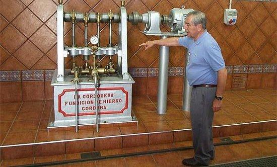 Nunez de Prado- Fabrica de Aceite de Oliva Ecologico: Don Francisco Nuñez de Prado enseñando las instalaciones