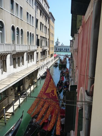Hotel Violino d'Oro : View from bathroom window towards Grand Canal