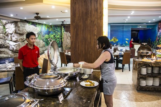 Crown Regency Resort & Convention Center: Filipino Food