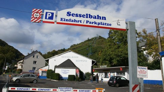 Sesselbahn in Boppard: Entrance/ Exit. The small white hut is the ticket office