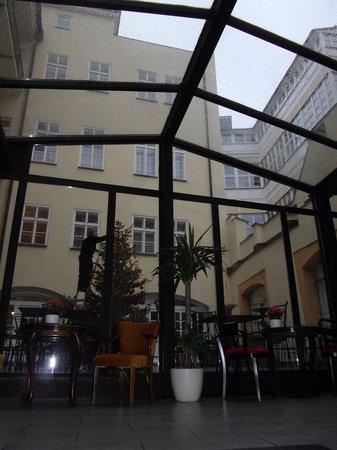 Hotel Leonardo Prague : Внутренний дворик ресторана
