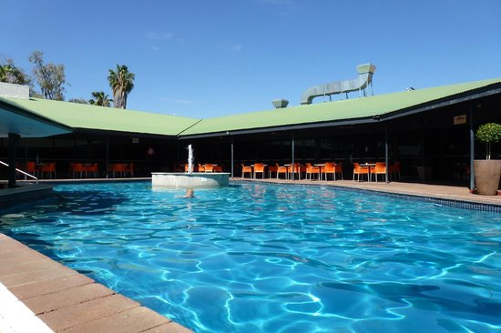 Mercure Alice Springs Resort: The pool with bar and restaurant behind