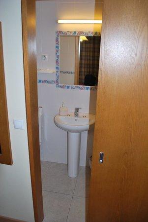 Pensao Estacao Central: door to bath room