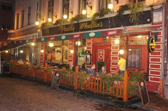 Paddy Whelan's Pub: frontside and terrace