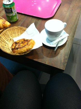 Brook's cafe : Pain aux raisin and latte - yummy!