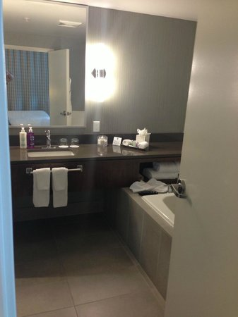 Coast Coal Harbour Hotel by APA : Bathroom King Suite