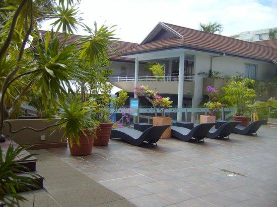 Le Lagon Hotel: Transats aux abords de la piscine
