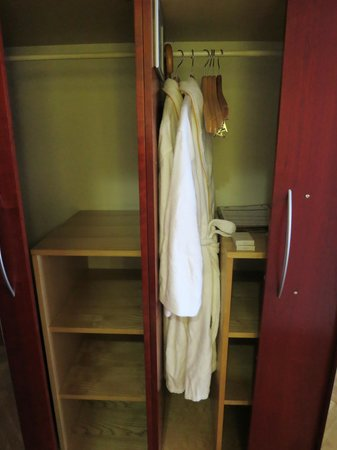 BEST WESTERN Premier Hotel Slon: Very comfortable and big bathrobe