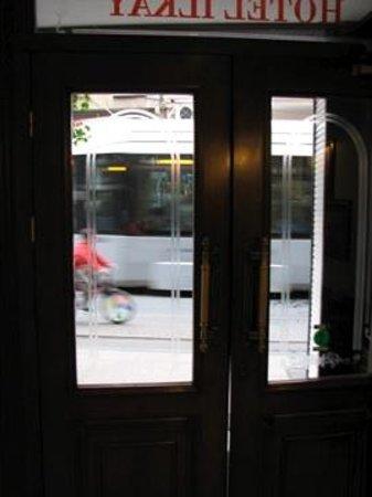 Hotel Ilkay: ホテル玄関前をトラムが通り過ぎます。