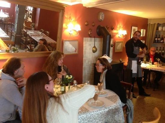 Cambremer, France : la salle du restaurant