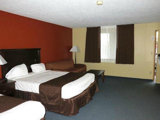 McMinnville Inn: Room looking towards window