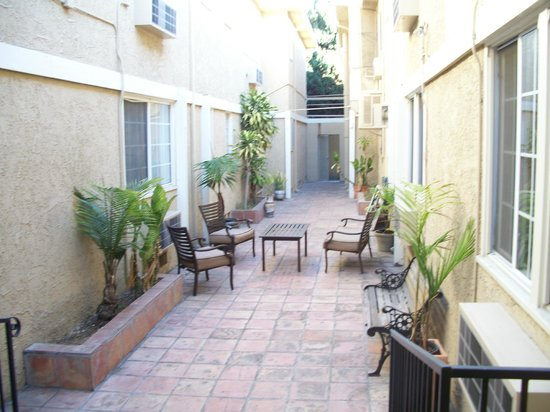Beautiful courtyard at Wilshire Crest Hotel