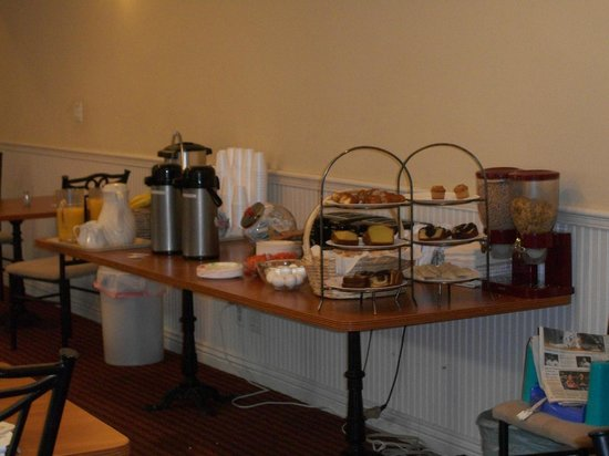 Wilshire Crest Hotel: Breakfast is served!