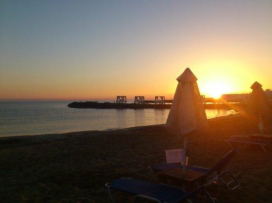 Knossos Beach Bungalows & Suites : Пляж отеля утром