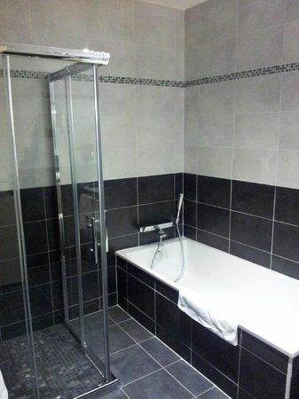 Host & Vinum : sdb douche et baignoire