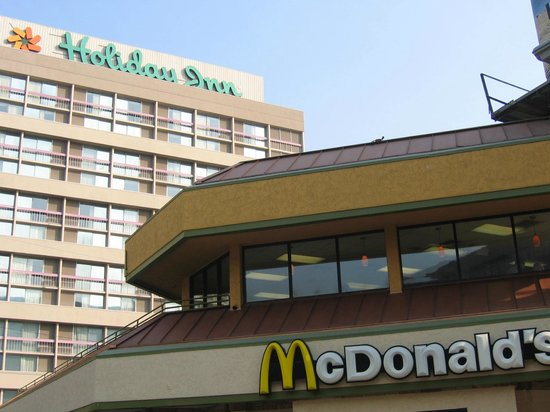 Holiday Inn Los Angeles International Airport: Mc Donalds qui fait sentir le graillon dans les chambres