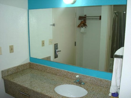 Motel 6 Norcross: New Bathroom