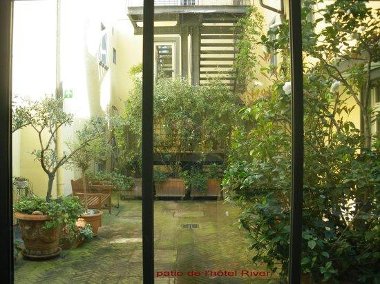Hotel River: patio ou donnent des chambres et la salle petit déjeuner