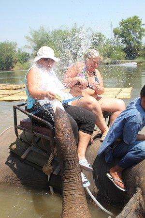 Ban Kwan Chang: Вот мы купаемся со слониками.