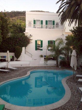AfricanHome Guesthouse: Blick vom Cottage auf das Haupthaus und den Pool-Bereich