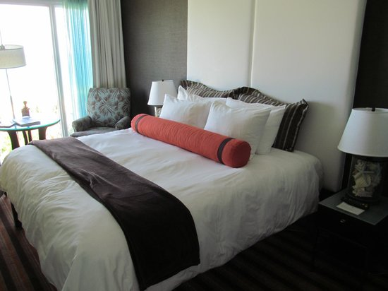 The Palms Hotel & Spa: King size bed.