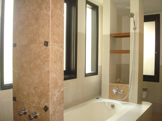 Belle Resort Hotel: the bathroom ...sorry i didnt take a wider view pic
