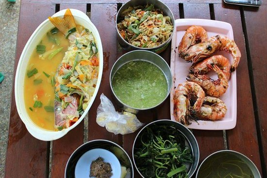 Belle Resort Hotel: the food from the local woman...grilled prawns, sweet and sour fish, pounded green chilli sauce,