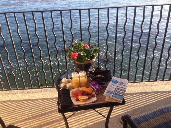 Monterey Bay Inn: Breakfast on the balcony