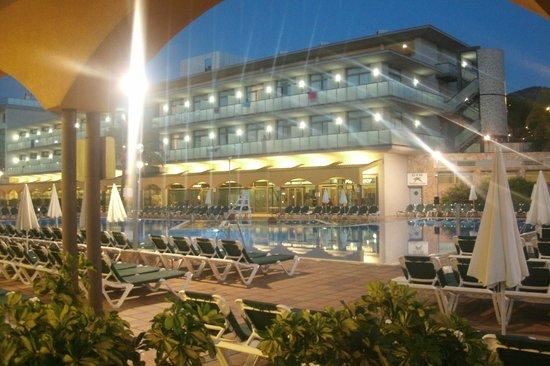 Hotel Mediterraneo Benidorm: hotel at night